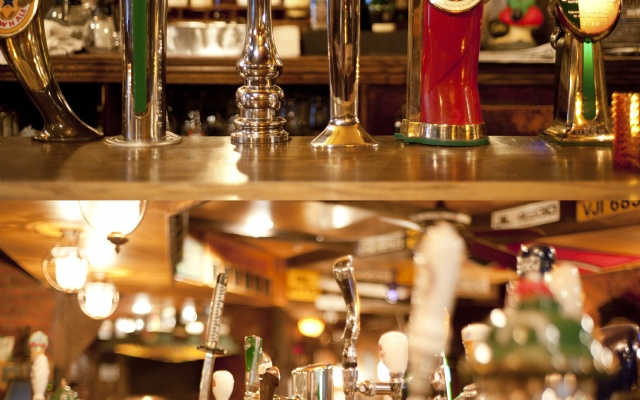 McKibbins Irish Pub: Montreal's original Pub & Bar  | 21 Bières en fut | McKibbins Irish Pub is the Montreal Irish Pub & Bar. The best bar & pub food in the Montreal area with an irish twist, live bands & over 24 beers on tap.